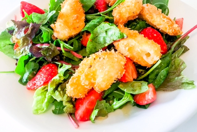 Aardbei salade met gefrituurde geitenkaas