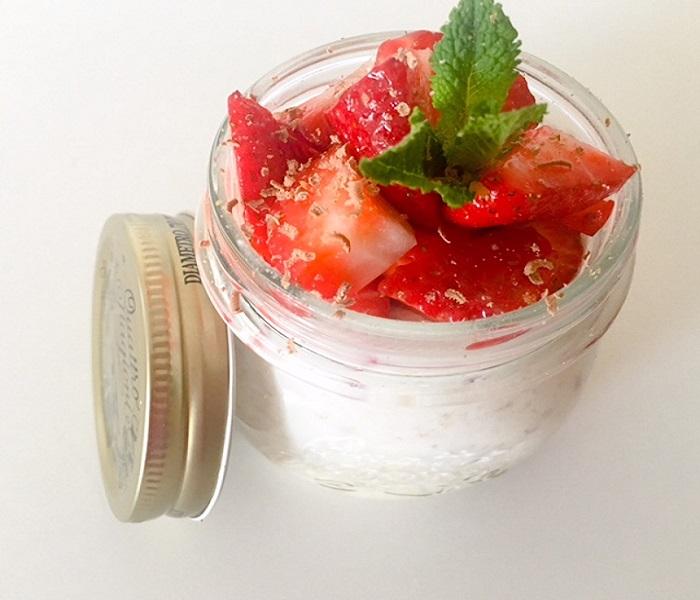 Havermout met amandelmelk en aardbeien