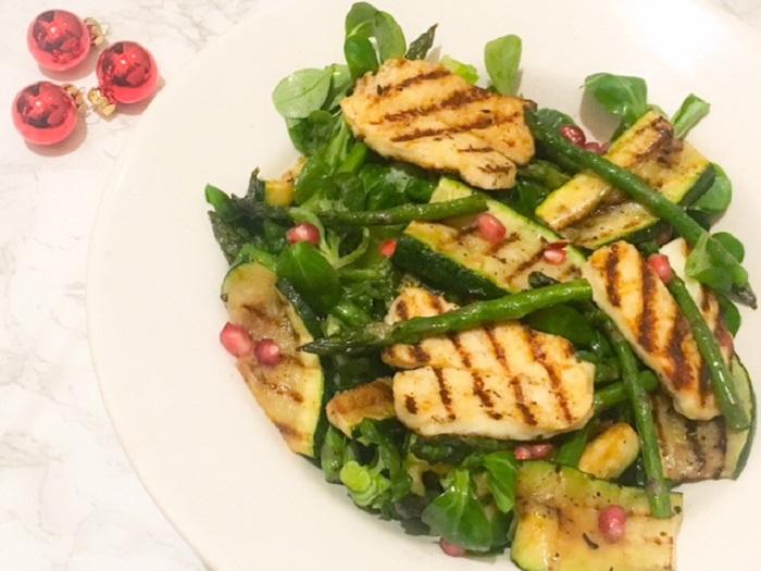 Groene salade met halloumi en granaatappel