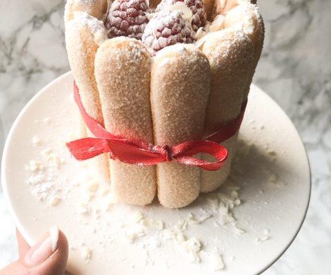 Feestelijke Charlotte taartje met frambozen en witte chocolade